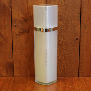 JUEKI ESSENCE(コイヴィッコ ジュエキ 保湿用化粧液 150ml) 水の替わりにフィンランドの白樺樹液100%を使用し、肌の成分に近く浸透しやすい。しっとり&活性酸素撃退に。